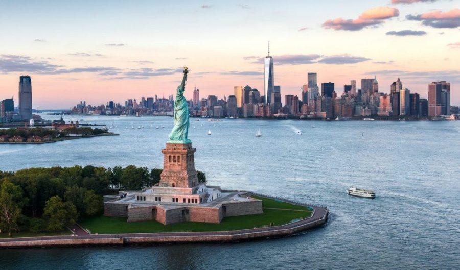 Photographie aérienne de la baie de New York avec la statue de la liberté